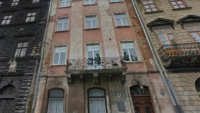 Розпочалася реставрація фасаду в будинку на пл. Ринок, 5