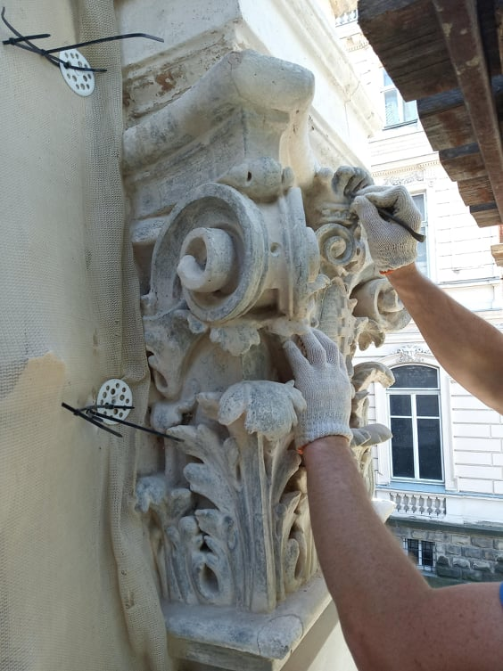foto 02 - На вулиці Коперника, 15 триває реставрація портика