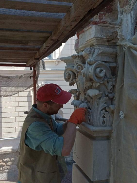 foto 03 - На вулиці Коперника, 15 триває реставрація портика