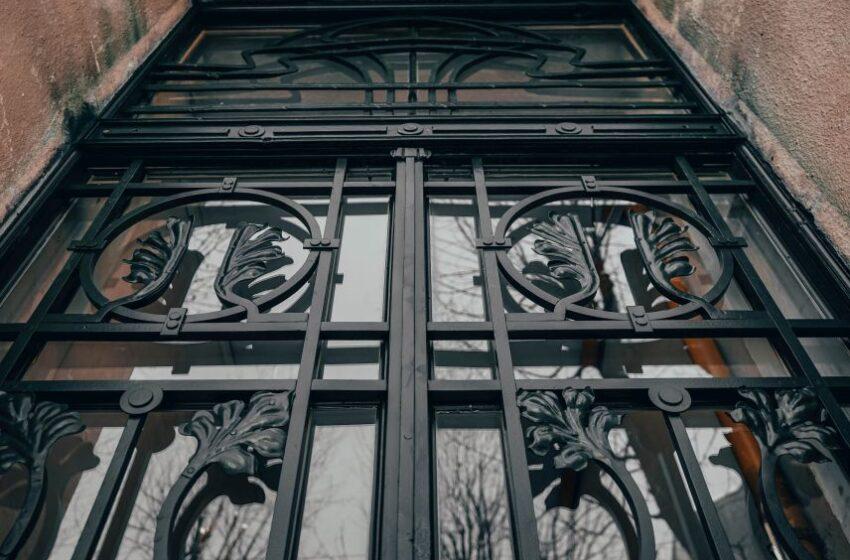 У Львові відреставрували історичну браму зі слідами від бомби