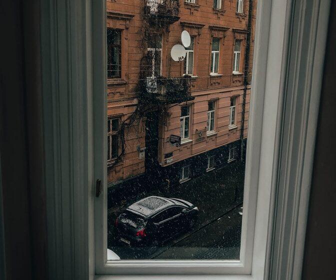 У будинку-пам'ятці на вулиці Поповича, 5 відновили автентичні вікна