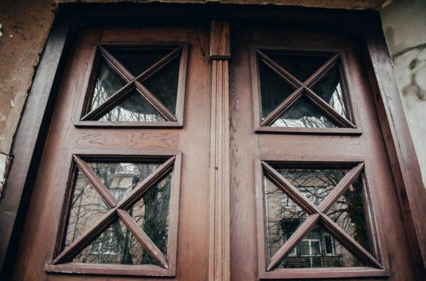 Поблизу Львівської національної академії мистецтв відновили історичні двері