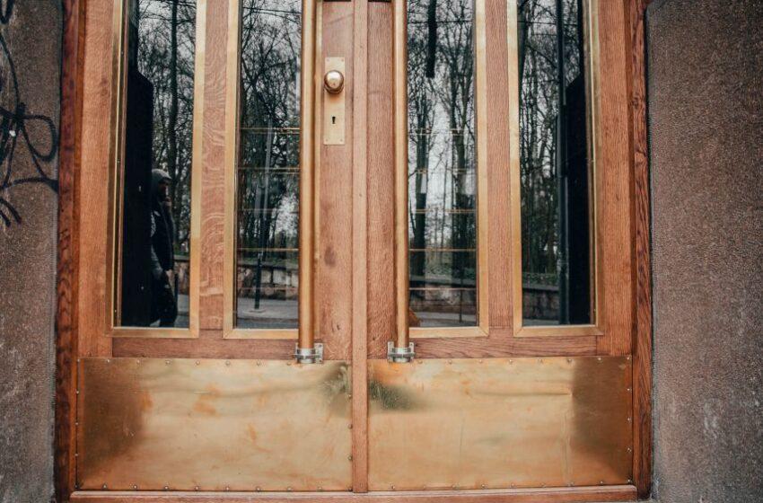 Реставратори відновили історичні двері поблизу Академії сухопутних військ