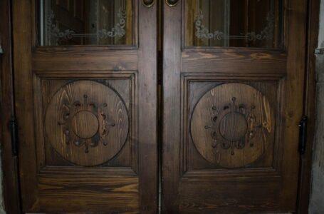 Реставратори відновили історичні двері-віяло на вулиці Павлова, 9