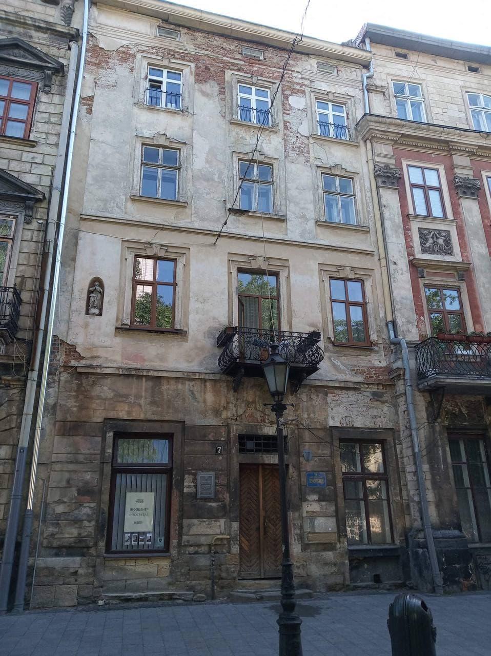 photo 2021 06 11 15 09 00 - У Львові відновлять фасад кам'яниці на площі Ринок