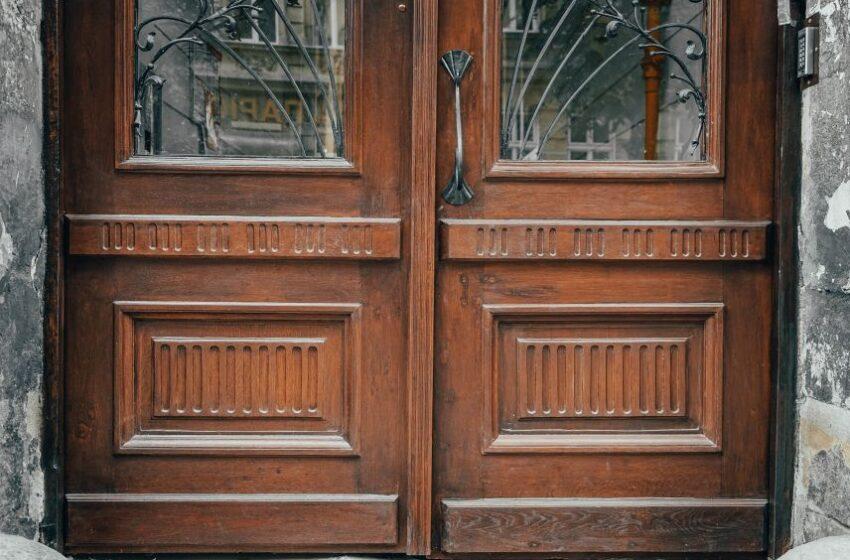 Реставратори відновили історичні двері на вулиці Костя Левицького, 42