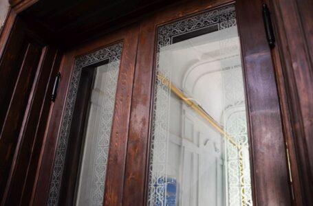 На вулиці Костя Левицького, 21 відреставрували історичні двері-віяло