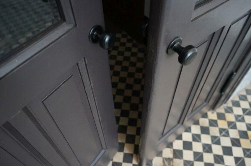 Реставратори відновили історичні двері-віяло на вулиці Коновальця, 44