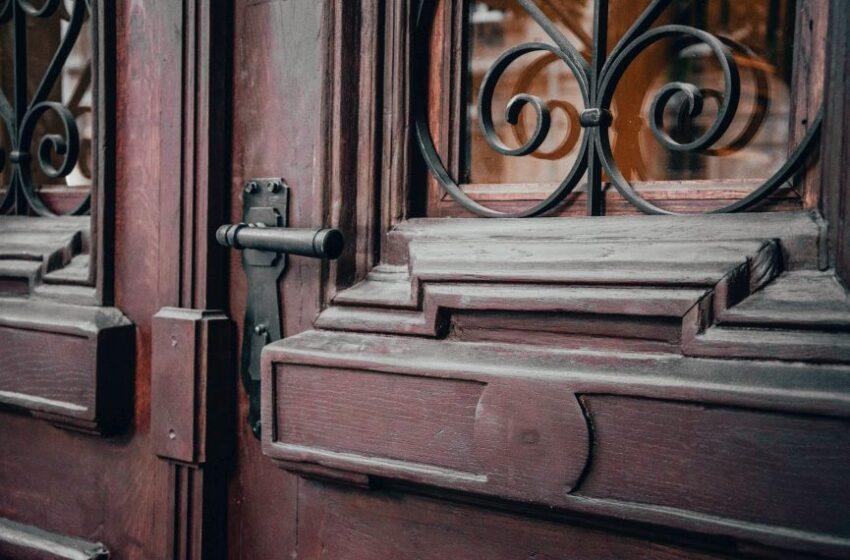 Реставратори відновили історичні двері поблизу військового шпиталю на Личаківській