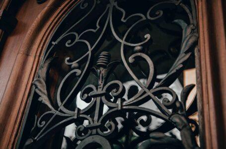 Реставратори відновили історичні двері на вулиці Котляревського
